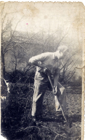Alex Baltauss en train de bêcher le jardin en 1943